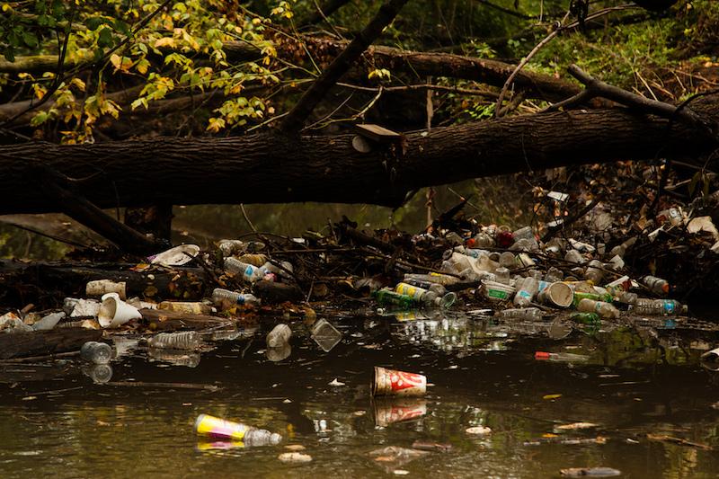 川に散乱するペットボトル