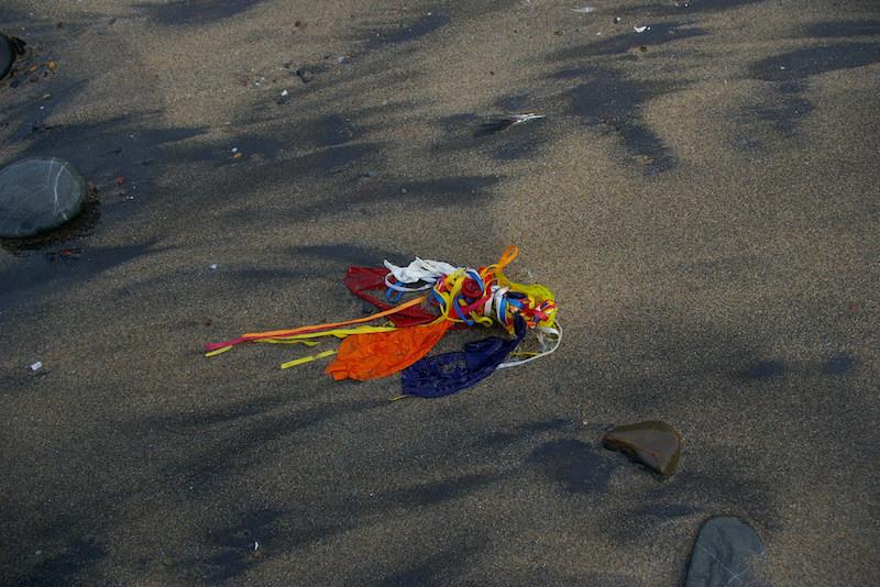 浜辺に落ちた風船の残骸