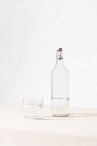 水の入ったガラスのボトルとコップ